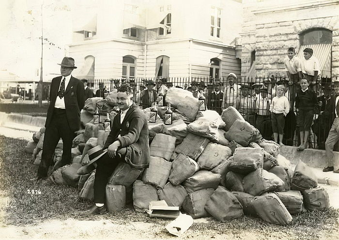 1922年フロリダ州デイド郡刑務所の外 ...