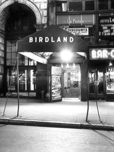 バードランドナイトクラブの入口、�...